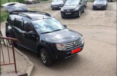 Автохам из Арбеково чуть не заехал в подъезд на машине
