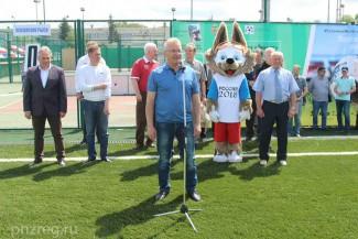 Белозерцеву вручили майку лидера на открытии суточного футбольного матча