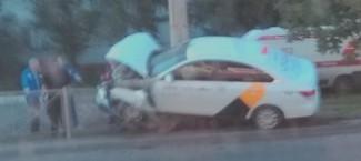 В Пензе машина «Яндекс Такси» едва не опрокинулась, протаранив ограду