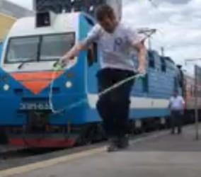 Пассажир поезда устроил фееричное шоу со скакалками на вокзале Пенза-1