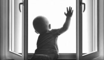 Акулов проинструктировал, как за небольшие деньги уберечь детей от падения из окна
