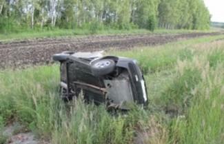 В аварии под Пензой на полной скорости перевернулась легковушка