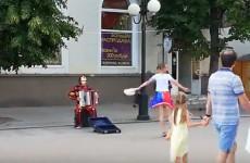 В центре Пензы на гармони горожанам сыграл «Железный человек»