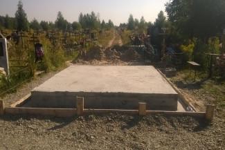 Под Пензой перекрыли  проезд, забетонировав фундамент дня новой могилы