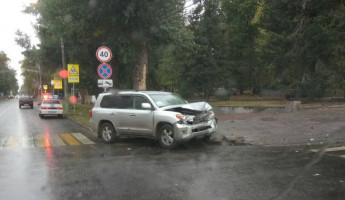 В центре Пензы столкнулись Toyota Land Cruiser и Chevrolet