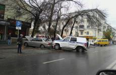 В Пензе на перекрестке столкнулись три автомобиля, маршрутка и машина ППС