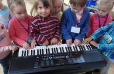 Егор Крид подарил Пензенской школе искусств синтезатор