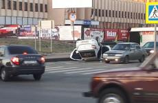 """В Пензе прямо в центре города """"Яндекс такси"""" перевернулось на крышу"""