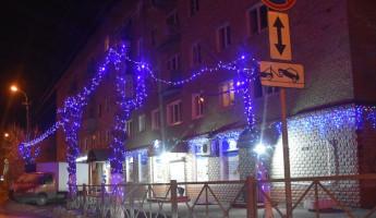 Улицы Пензы начали украшать новогодними гирляндами