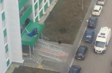 Жуткое происшествие в Засечном: пенсионерка выпала из окна многоэтажки