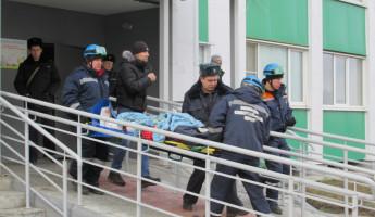 Для эвакуации пенсионерки, выпавшей из окна многоэтажки в Засечном, вызывали спасателей