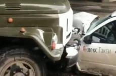 И снова «Яндекс.Такси». В Пензе обклеенная «Гранта» влетела под грузовик