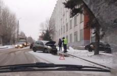 Стабильность от «Яндекс.Такси»: в Пензе обклеенный «Datsun» столкнулся с иномаркой и влетел в здание НИИ