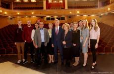 После прямой линии губернатор обсудил с актерами Драмтеатра их зарплаты и постановки спектаклей