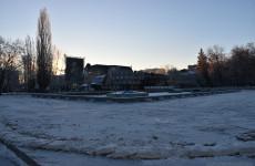 Да будет лед. В Пензе на фонтанной площади заливают каток