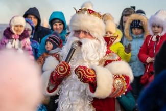 Сотни людей отметили первый праздник встречи зимы в Спутнике