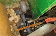 Две недели в вонючем аду: коммунальщики игнорируют прорыв канализации в жилой пятиэтажке