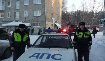 Добрые полицейские отогрели замерзавшего мужчину в своей машине