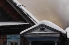 Спасатели ведут борьбу с пожаром в жилом доме в Пензе
