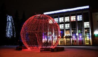 Гигантский елочный шар уже украшает центр Пензы