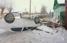 Жесткое ДТП в Нижнем Ломове: иномарка опрокинулась и влетела в забор