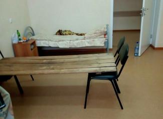 «Койки» из досок и стульев, появившиеся в больнице Кузнецка, шокировали всю страну