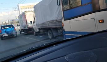 В самом центре Пензы столкнулись два грузовика и автобус