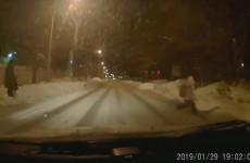 В Пензе ребенок бросился под колеса автомобиля. ВИДЕО