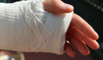 Работник МУП «Пензадормост» сломал себе руку, разгружая машину
