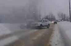 Появилось видео, как автохам из Кузнецка выталкивает с дороги легковушку и уезжает