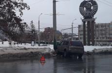 В самом центре Пензы внедорожник влетел в бетонный столб