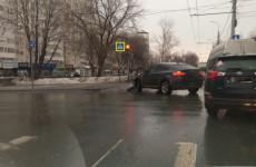 В центре Пензы машина «Яндекс. Такси» попала в аварию