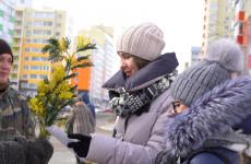 8 Марта на улицах Спутника женщинам дарили цветы и открытки