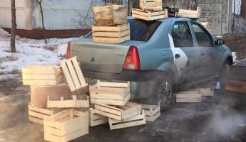 «Когда заехал не в свой двор». В Пензе закидали ящиками машину «Яндекс.Такси»